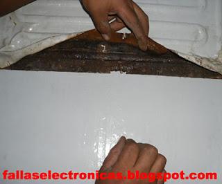 freezer de fierro con óxido y fuga de gas