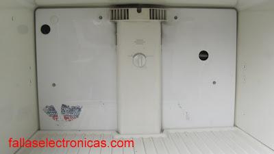 mi refrigerador no enfría la parte abajo y hace escarcha